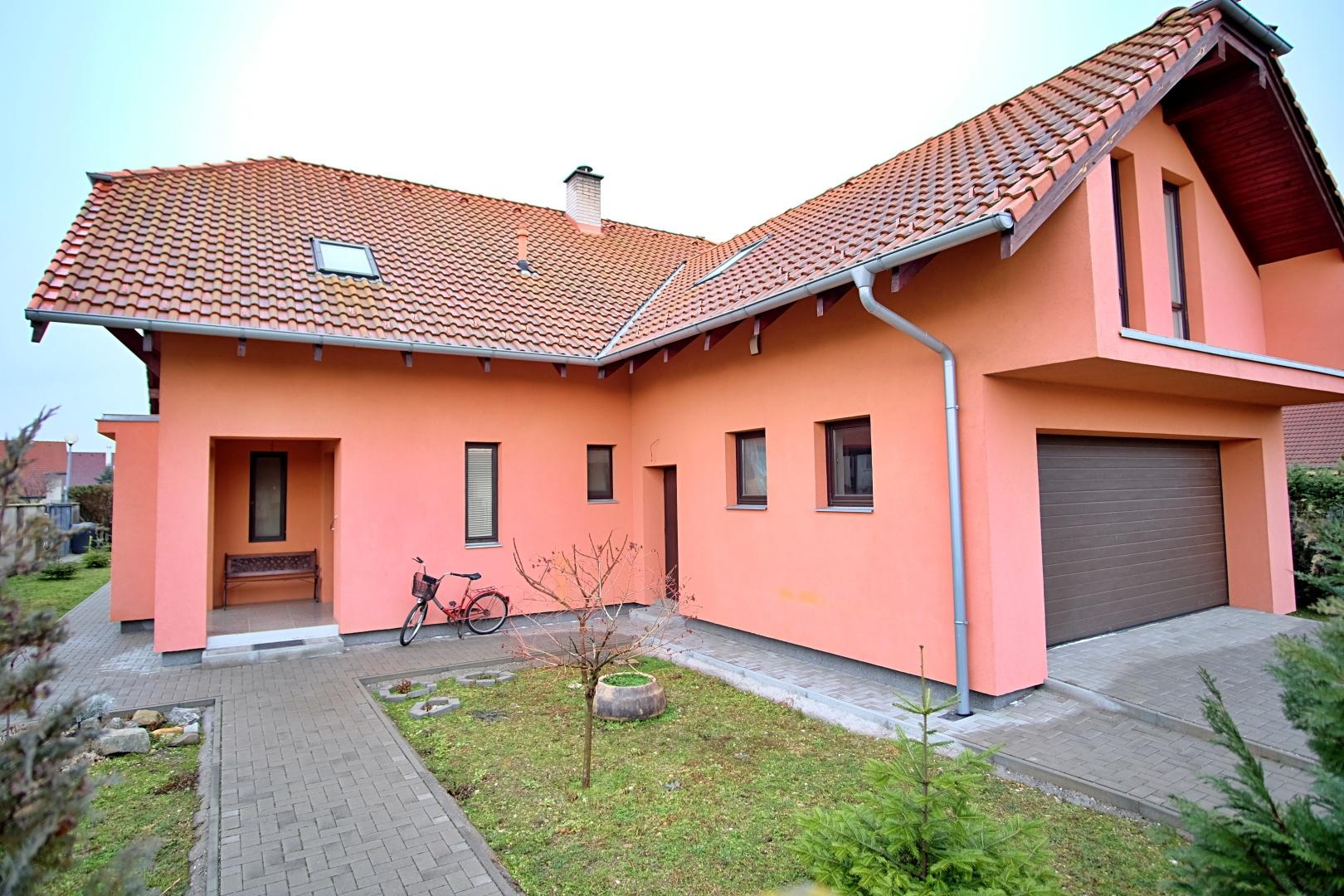 Predané: Na predaj 6-izbový rodinný dom vo vilovej štvrti v Hamuliakove, 15 km od Bratislavy-1