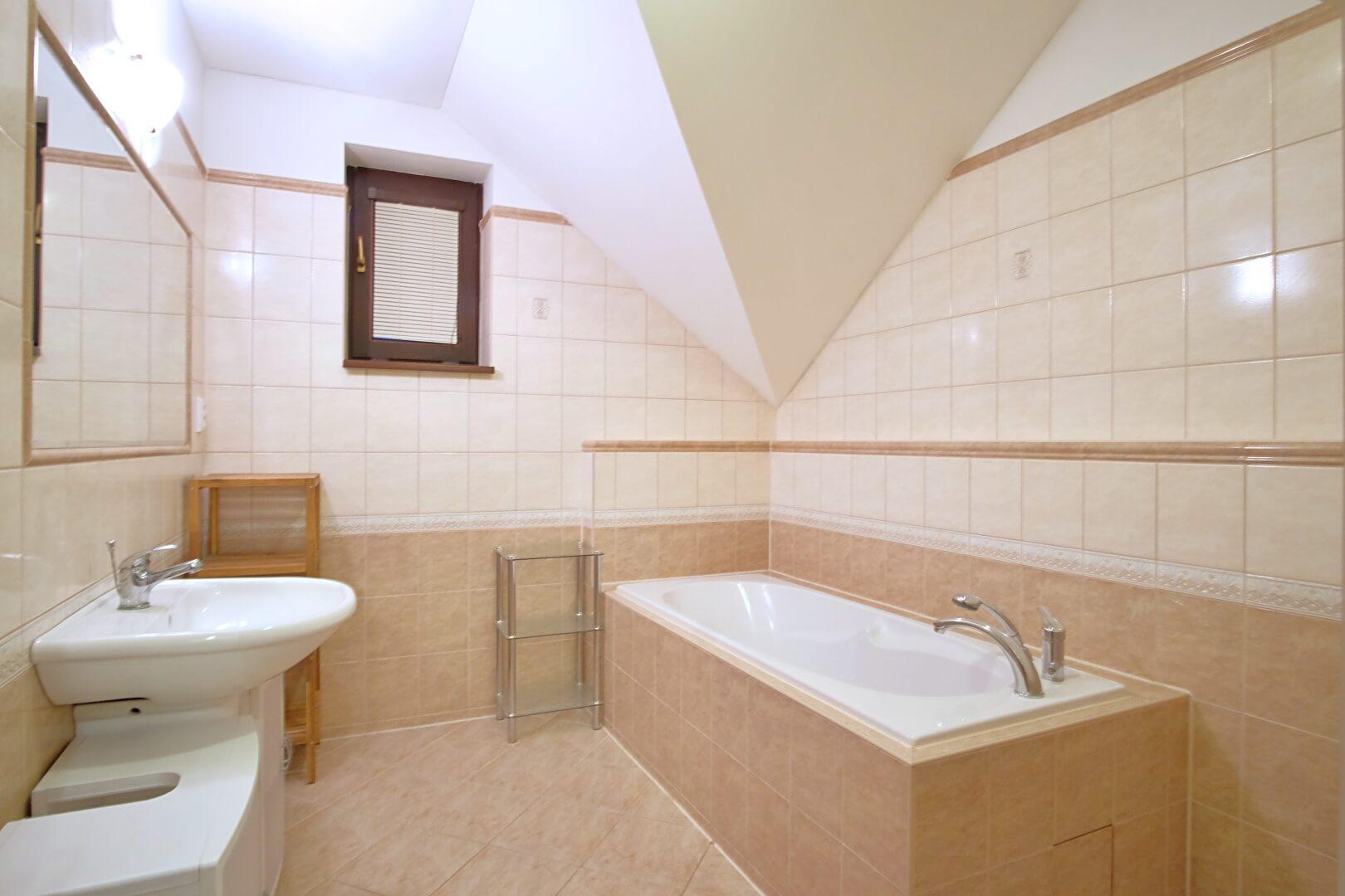 Predané: Na predaj 6-izbový rodinný dom vo vilovej štvrti v Hamuliakove, 15 km od Bratislavy-14