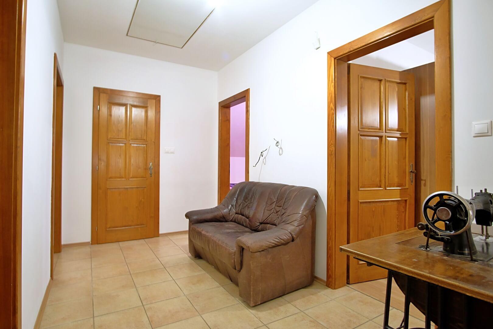Predané: Na predaj 6-izbový rodinný dom vo vilovej štvrti v Hamuliakove, 15 km od Bratislavy-15