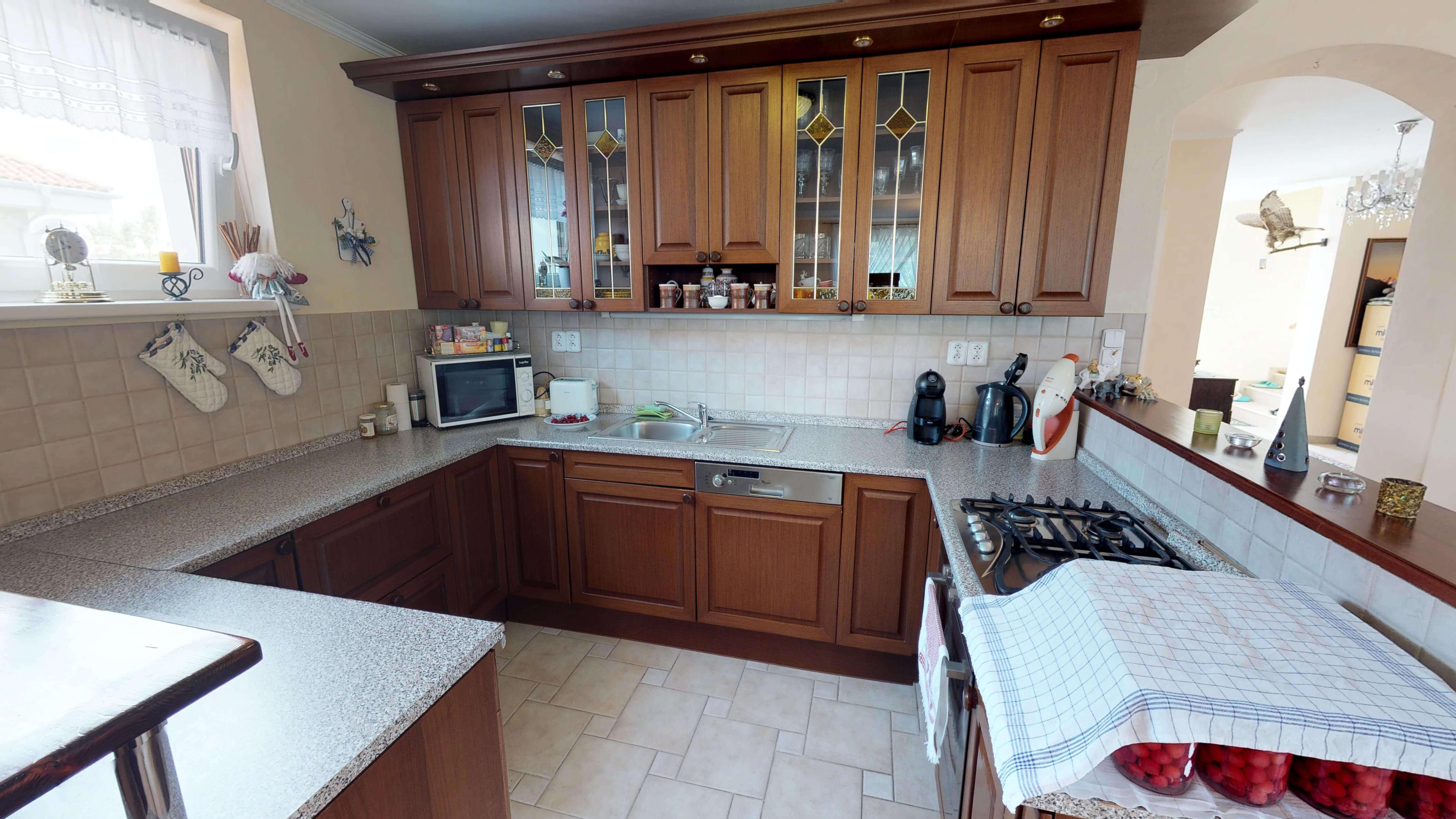 Rodinný dom na uzavretej ulici, Vojtechovce, 2 – generačný 6 izbový, úžitková 270m2, pozemok 600m2, garáž-3