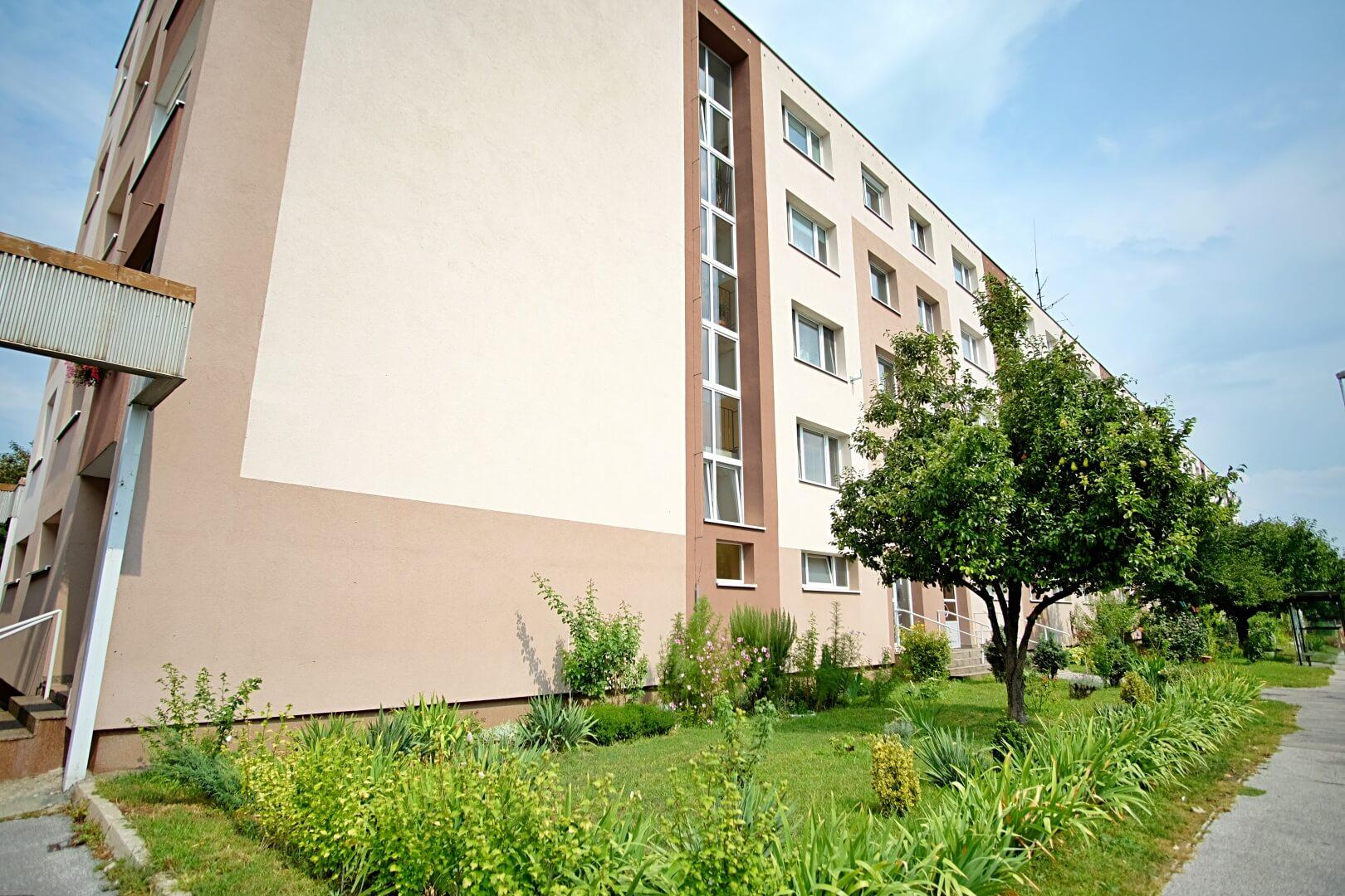 Na predaj 4 izbový byt v4-poschodovom bytovom dome svýťahom ulica Vyšehradská, Bratislava.-0