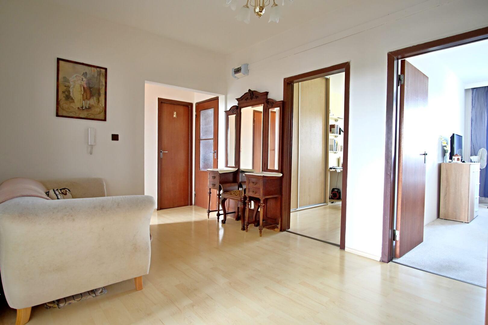 Na predaj 4 izbový byt v4-poschodovom bytovom dome svýťahom ulica Vyšehradská, Bratislava.-10