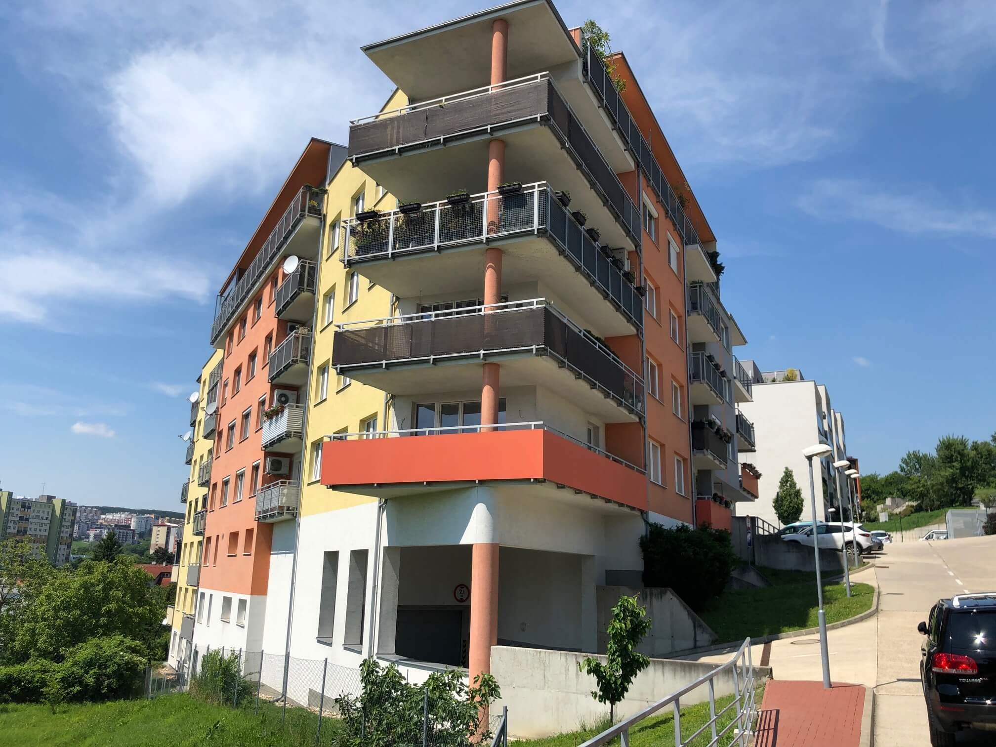 Rezervované: 3 izbový byt, novostavba, 72,25m2, loggia 4,82m2, Staré Grunty, Karlovka, garážové státie-0